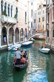 Traditioneller kanal in venedig von einem der schönsten aussichtspunkte