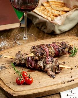 Traditioneller kebab auf dem hölzernen brett