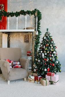 Traditioneller klassischer weihnachtsbaum und beige lehnsessel