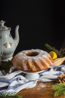 Traditioneller kuchen und teekanne