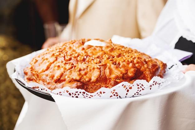 Traditioneller kuchen, zum der jungvermähltenpaare an der hochzeit zu begrüßen.