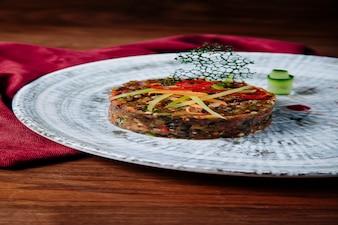 Traditioneller mangalsalat mit gehacktem gemüse.