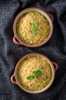Traditioneller marokkanischer couscous mit gemüse in der schüssel draufsicht