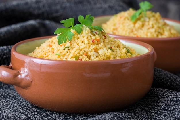 Traditioneller marokkanischer couscous mit gemüse in der schüssel