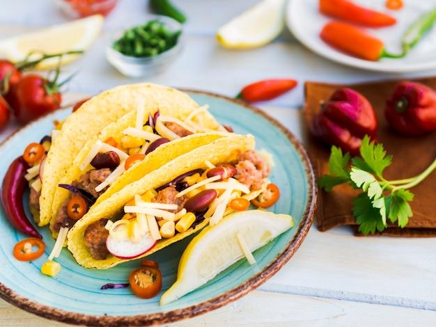 Traditioneller mexikanischer taco auf platte