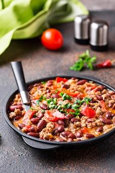 Traditioneller mexikanischer teller chili con carne
