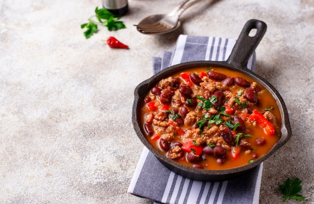 Traditioneller mexikanischer teller chili con carne