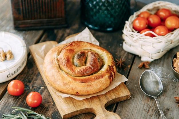 Traditioneller moldauischer und rumänischer kuchen in form einer schnecke. wirbelnde runde tortennahaufnahme.