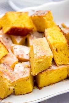 Traditioneller moldauischer und rumänischer zuckermaiskuchen von malaiisch mit glasur
