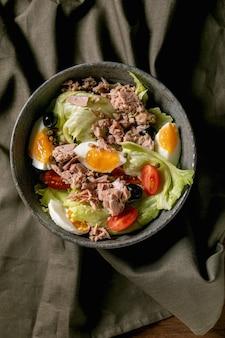 Traditioneller nicoise-salat mit thunfischkonserven