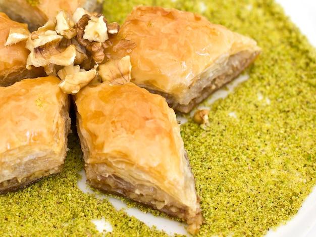 Traditioneller orientalischer nachtisch - baklava mit pistazien und walnüssen.