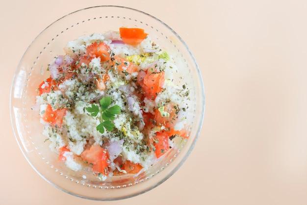 Traditioneller orientalischer salat tabouleh in der schüssel