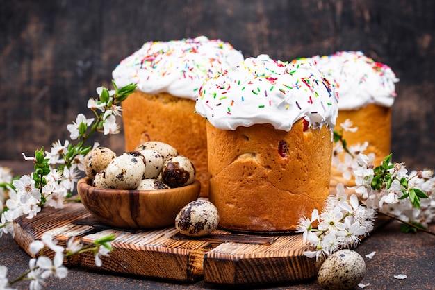 Traditioneller osterkuchen kulich mit belag