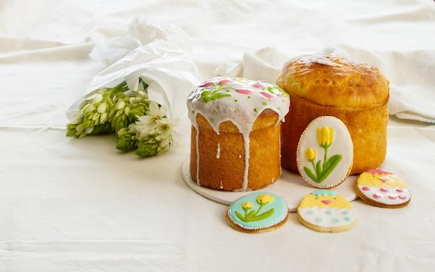 Traditioneller osterkuchen, kulich, osterkuchen und kekse mit königlicher zuckerguss