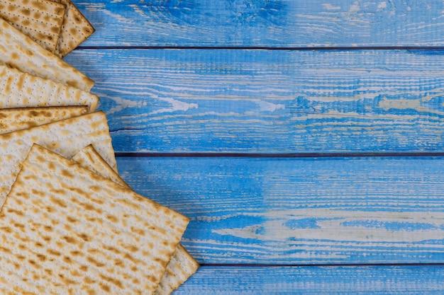 Traditioneller pesach-teller des jüdischen pesach auf pessachfeiertagsfeier mit koscherem ungesäuertem matzah-brot