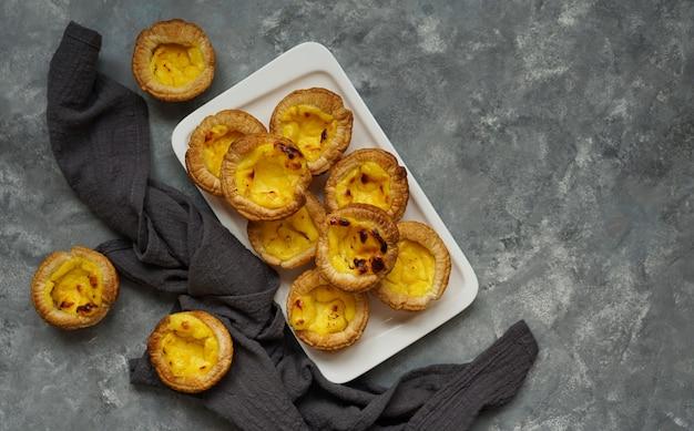 Traditioneller portugiesischer nachtisch, pastel de nata. pasrel de belem, mit kaffee, textfreiraum