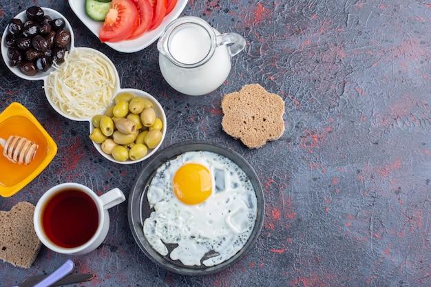 Traditioneller reichhaltiger frühstückstisch mit einer auswahl an speisen.