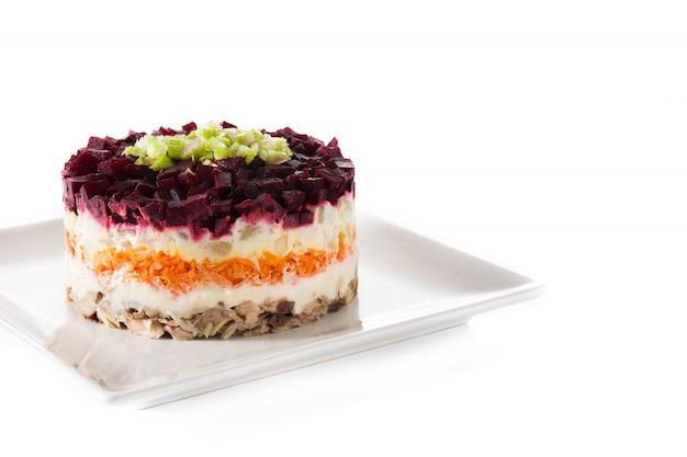 Traditioneller russischer heringssalat mit rote beete und karotten