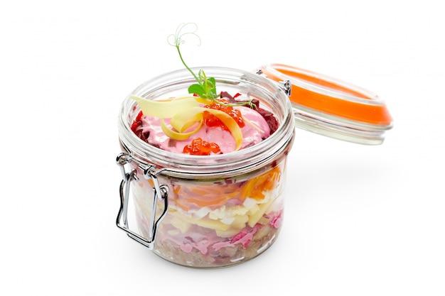 Traditioneller russischer salat des neuen jahres mit gesalzenem hering