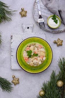 Traditioneller russischer salat olivier. neujahrsessen