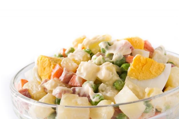 Traditioneller russischer salat, olivier-salat lokalisiert auf weiß. ansicht von oben.