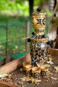 Traditioneller russischer samowar mit wenigen tassen tee.