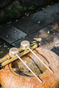 Traditioneller schöpflöffel und wasserglas in japan