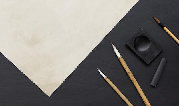 Traditioneller schreibpinsel der nahaufnahme japan auf schwarzem tisch.