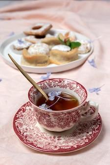 Traditioneller tee mit minze und verschiedenen arabischen süßigkeiten