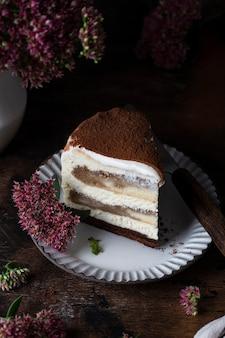 Traditioneller tiramisu-kuchen mit kaffee und schokolade