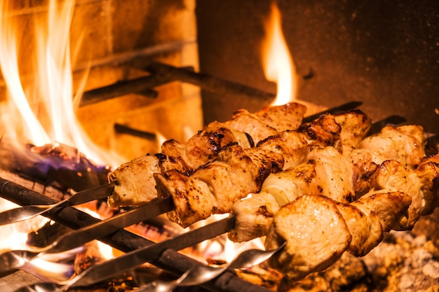 Traditioneller truthahnkebab auf dem grill mit spießen im türkischen restaurant zum abendessen. esskultur in der türkei.