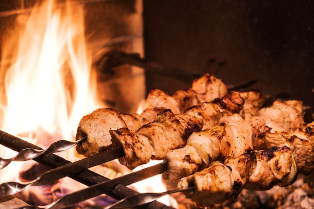 Traditioneller truthahnspiesse auf dem grill mit spießen im türkischen restaurant zum abendessen