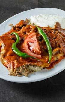Traditioneller türkischer döner kebab als bekannter iskender.