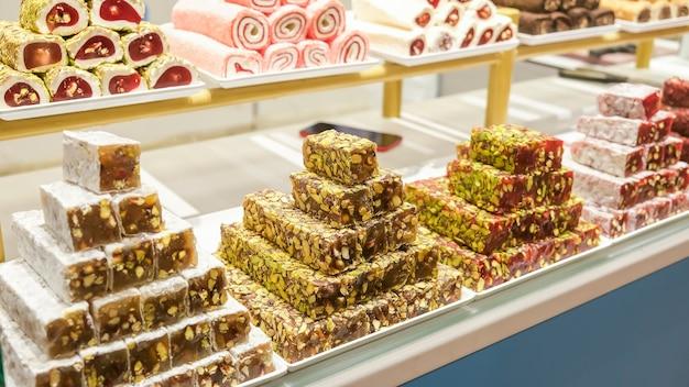 Traditioneller türkischer genuss, süßigkeiten, nougat, auf dem markt präsentiert im sortiment. selektiver fokus.