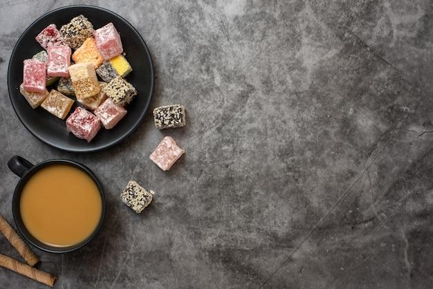Traditioneller türkischer genuss und tasse kaffee auf grau. flach liegen.