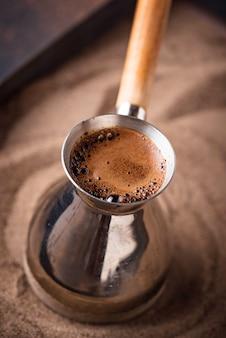 Traditioneller türkischer kaffee in cezve
