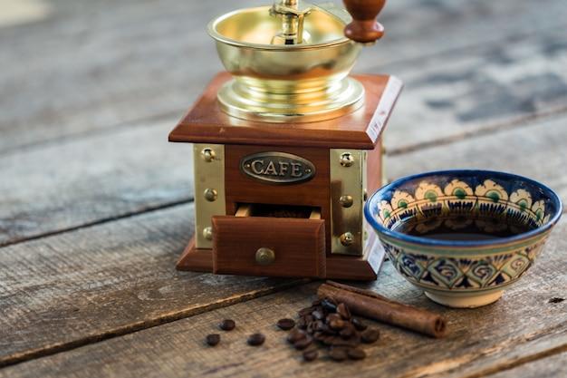 Traditioneller türkischer kaffeetasse-stilllebenabschluß oben
