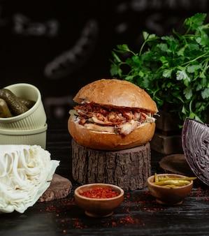 Traditioneller türkischer kebabburger, brötchen gefüllt mit gegrilltem fleisch und gemüse.