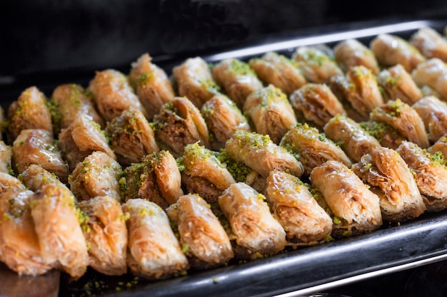 Traditioneller türkischer nachtisch - baklava mit pistazien auf einem tablett
