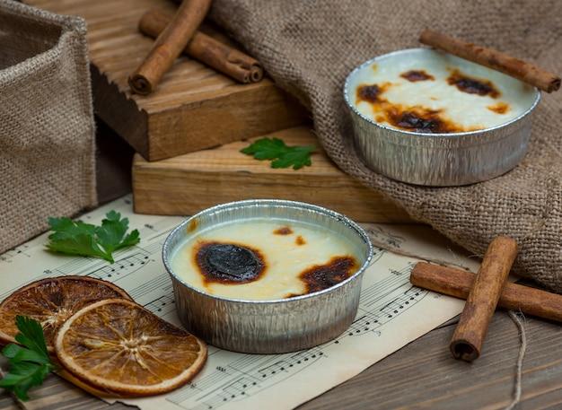 Traditioneller türkischer sutlac, sutlach gekocht und mit zimtstangen serviert