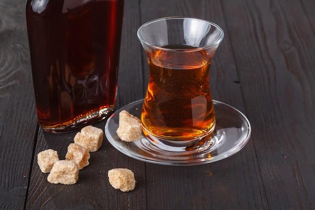 Traditioneller türkischer tee mit süßigkeiten und trockenen früchten