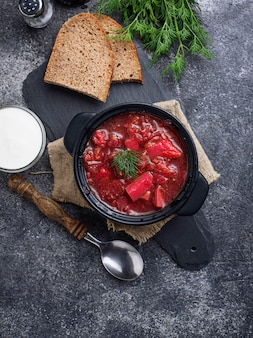 Traditioneller ukrainischer rote-bete-suppe-borschtsch