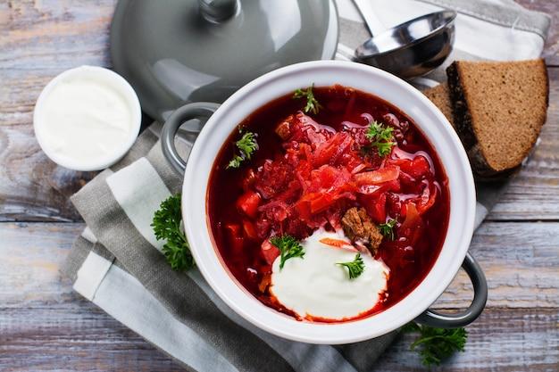 Traditioneller ukrainischer rote-bete-wurzeln suppe borscht