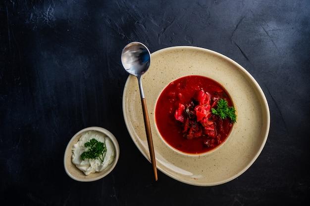 Traditioneller ukrainischer roter borschtsch