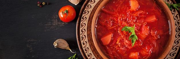Traditioneller ukrainischer russischer borscht oder rote suppe auf der schüssel. banner. ansicht von oben