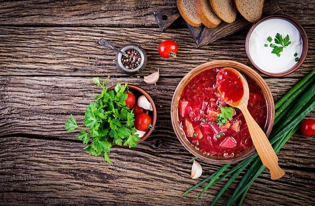 Traditioneller ukrainischer russischer borscht oder rote suppe in der schüssel, draufsicht