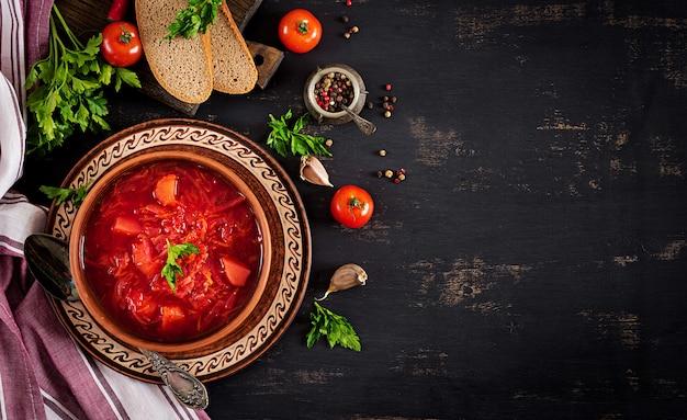 Traditioneller ukrainischer russischer borschtsch oder rote suppe auf der schüssel. draufsicht