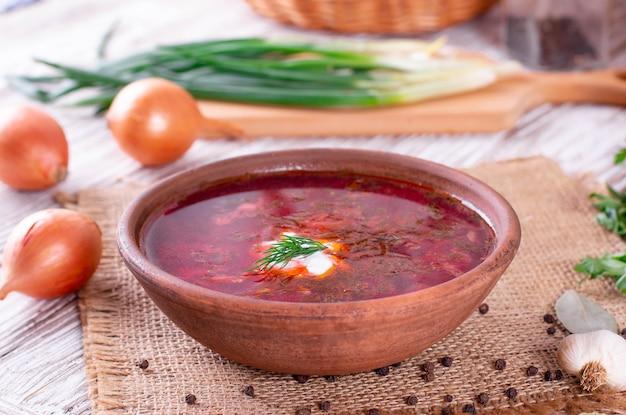 Traditioneller ukrainischer russischer borschtsch oder rote suppe in der schüssel