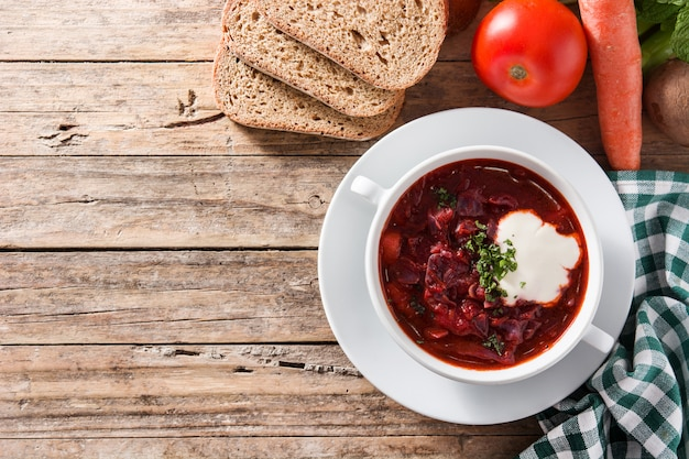 Traditioneller ukrainischer russischer borschtsch. rote-bete-suppe