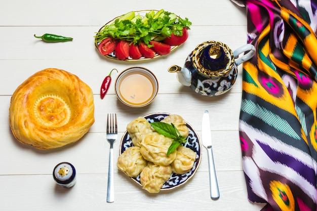 Traditioneller usbekenteller manta mit kartoffeln